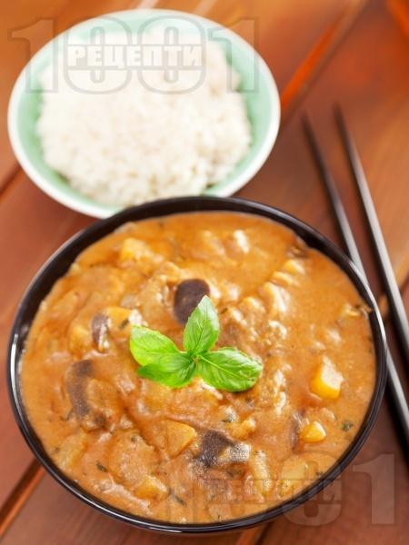 Вегетарианско къри с кокосово мляко, патладжан и картофи, поднесено с ориз - снимка на рецептата